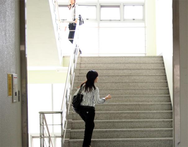 Сонник растолкует значение сна, в котором случилось подниматься вверх по лестнице или спускаться по ступеням вниз.