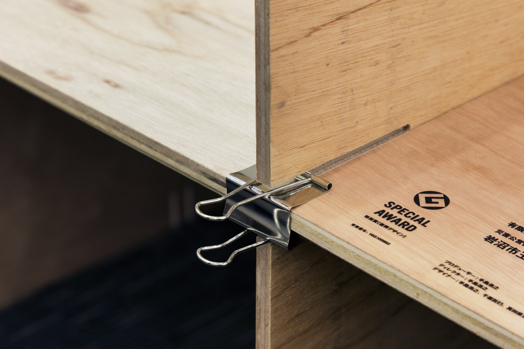Making good use of binder clips and minimally cut plywood, Jo Nagasaka put together the entire exhibition.
