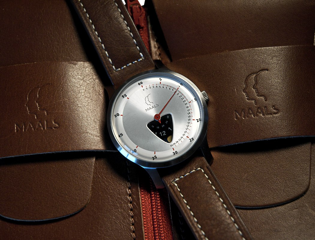 jump_over_the_moon_watch_02