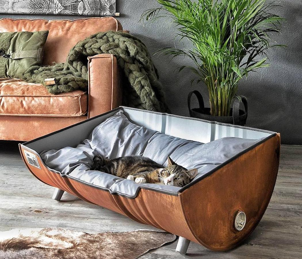 upcycled_pet_bed_from_an_oil_barrel_by_indusigns