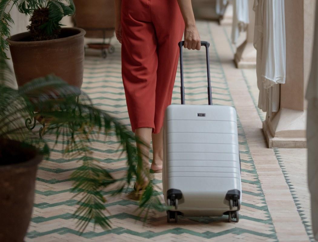 monos_premium_minimalist_luggage_02