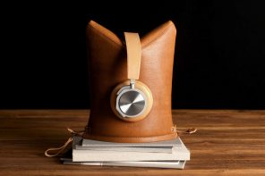 Hardgraft's clever leather case turns into a 3D stand for your headphones!