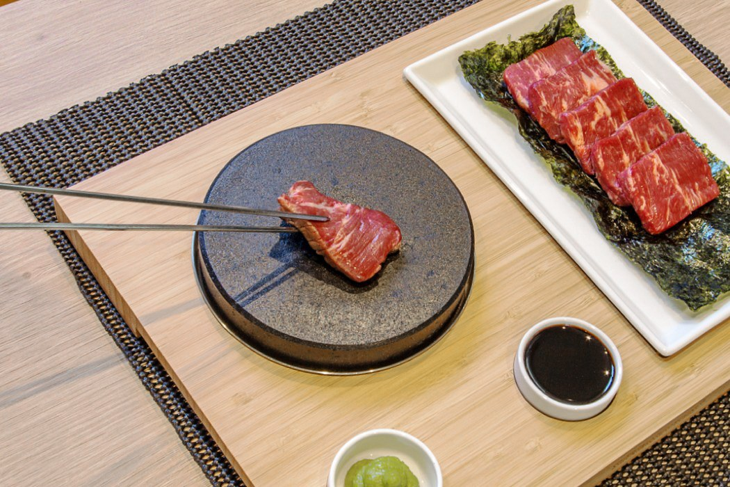 This tabletop teppanyaki kit is for everyone craving Japanese food at home!  | Yanko Design