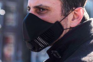 Ditch those dirty cloth masks, this reusable silicone face mask makes it easy to breathe 99% clean air