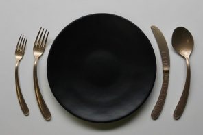 The Curved Flatware, in harmony with your circular plate.
