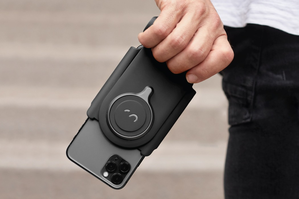 This battery grip turns any smartphone into a full-fledged professional DSLR camera