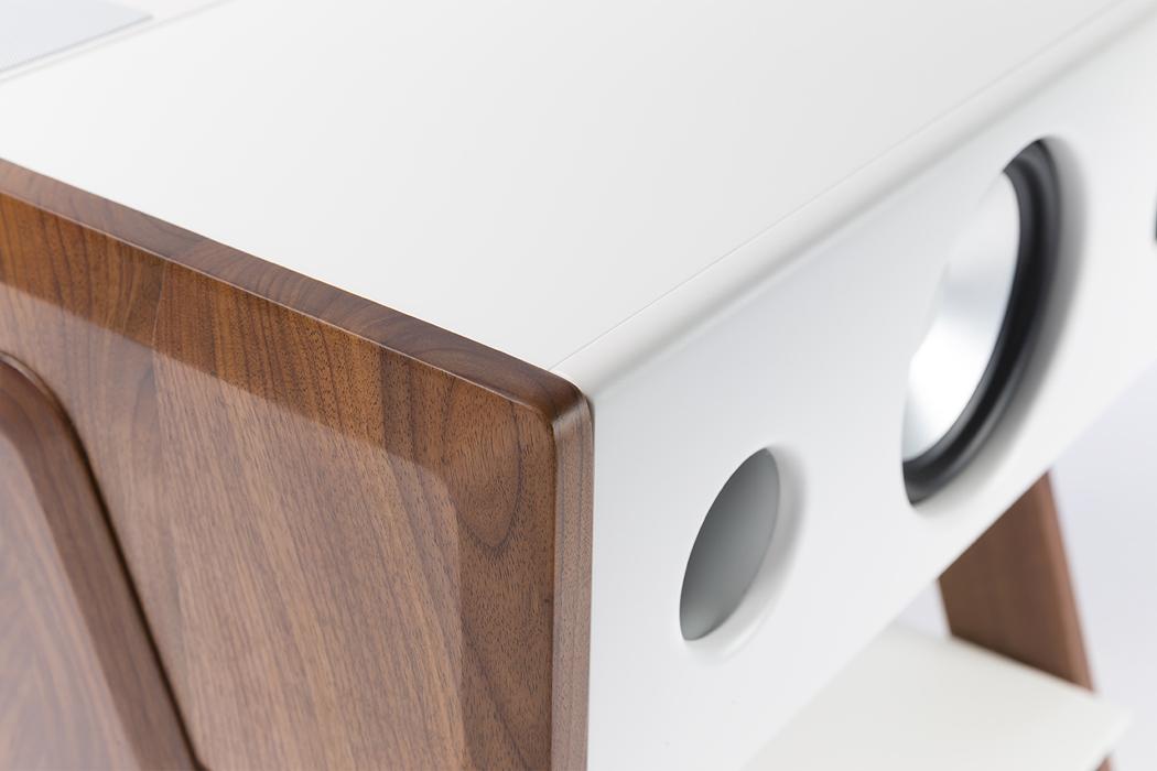 Этот приставной столик + динамик - идеальный современный предмет коллекционирования для каждого аудиофила.