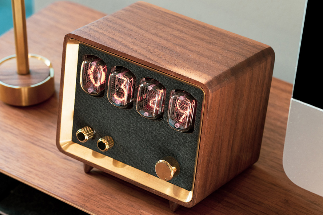 This Nixie clock and radio with a Hi-Fi speaker is for audiophiles who savor pure vintage!