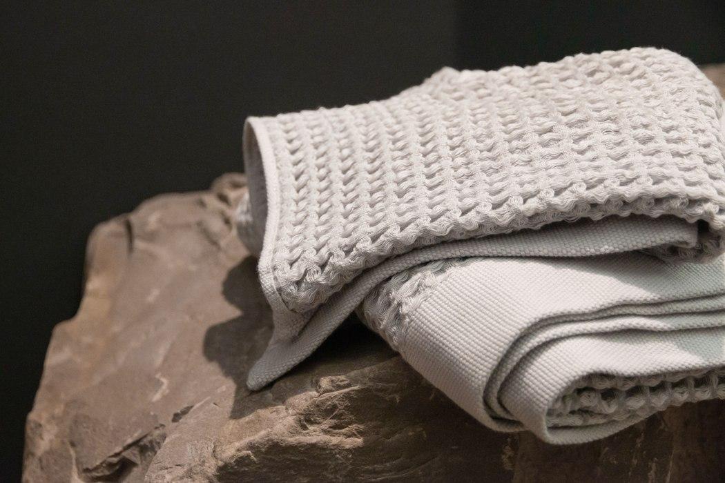 Волокна титана и серебра в этом полотенце помогают ему быть естественными антибактериальными и не иметь запаха.