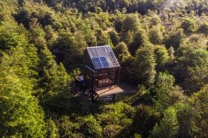 This 100% self-sustaining cabin is was placed in the forest without a trace of fossil fuels!