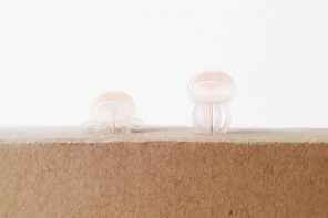 This squishy jellyfish-inspired push pin design is a stationery that stings gently!