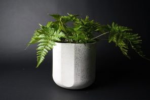 This planter made from porcelain, organic waste & carbon actively reduces greenhouse gas emissions!