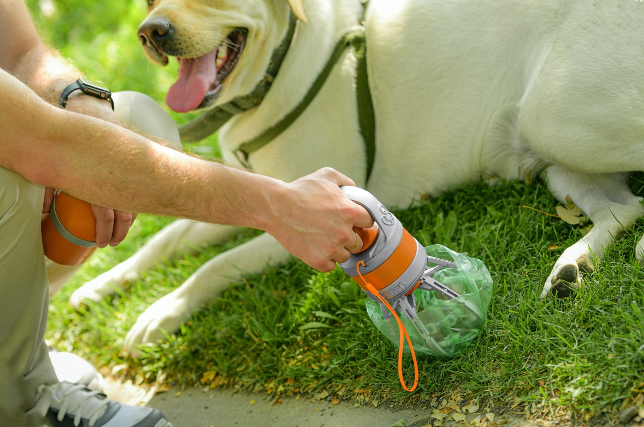 Tiny mechanical arm and leakproof container make cleaning up after your dog easy and contact-free!